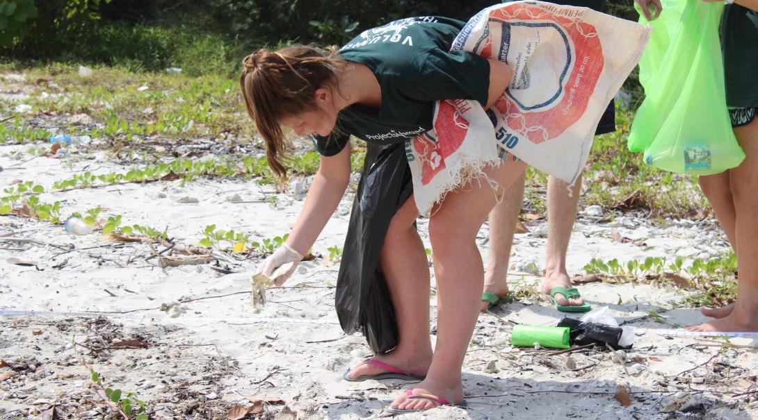 Voluntarios limpiando playas en Tailandia.